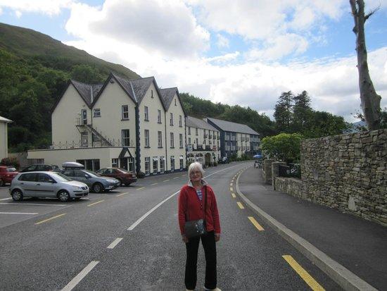 Leenane Hotel: Hotel approach
