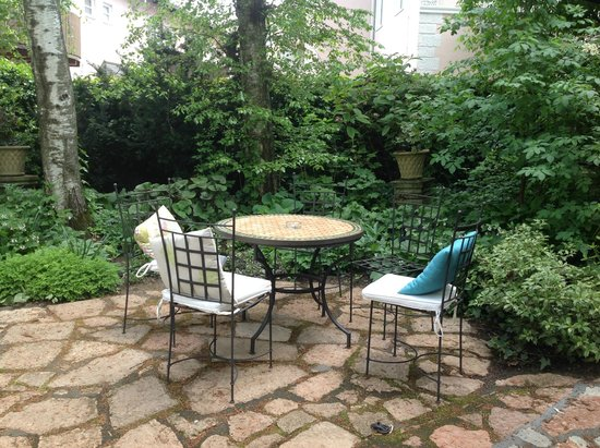 Hotel&Villa Auersperg : Courtyard - enjoyed espresso outdoors