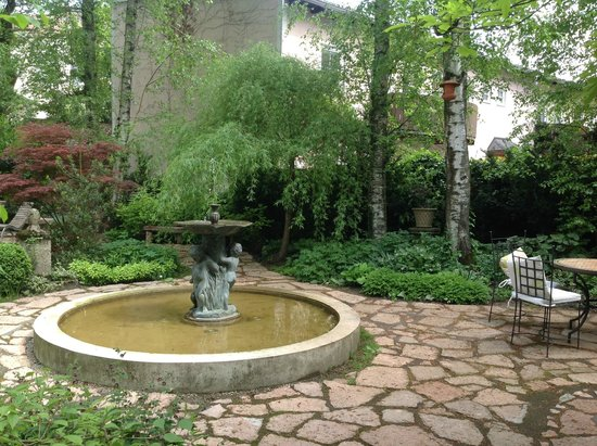 Hotel&Villa Auersperg : Lovely fountain in the courtyard