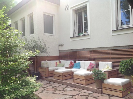 Hotel&Villa Auersperg: Lovely sitting area in the courtyard