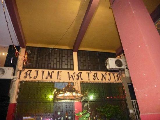 Tajine Wa Tanjia : La devanture du restaurant