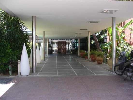 Hotel Arenal: walkway into hotel