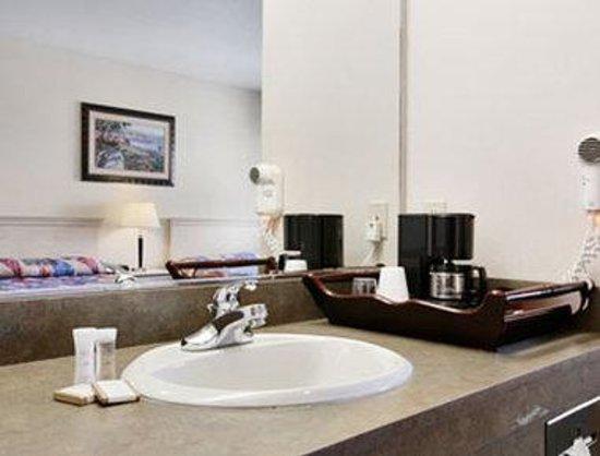 Howard Johnson Marina at Monterey Bay: Bathroom