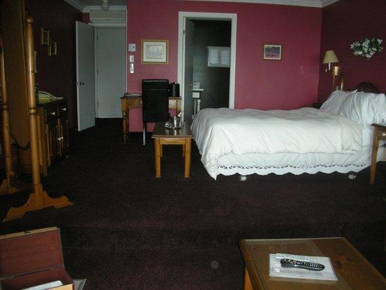 Auberge des Falaises: encore la chambre de luxe, autre angle de vue