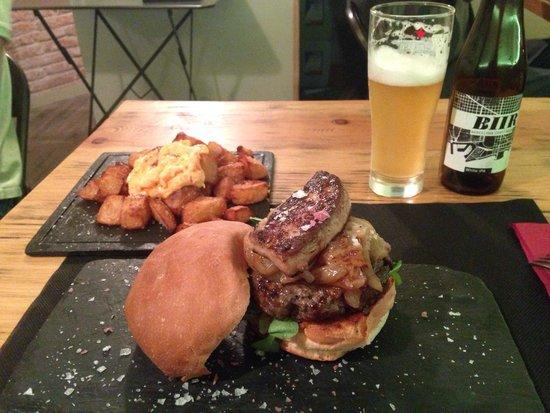 B Burger: Hamburguesa Dalí + bravas + cerveza