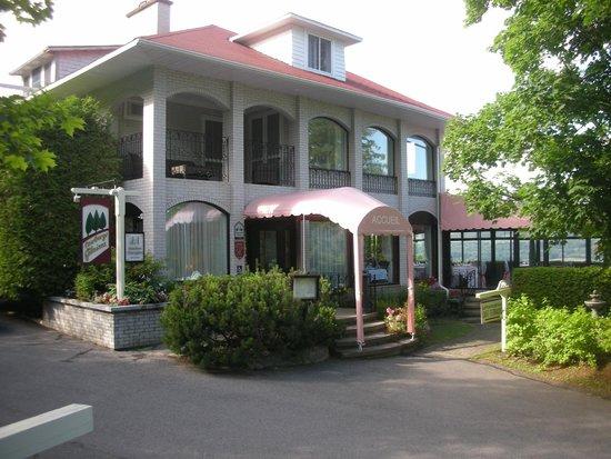 Auberge des Falaises: l'acceuil de l'Auberge des Falaise et du restaurant