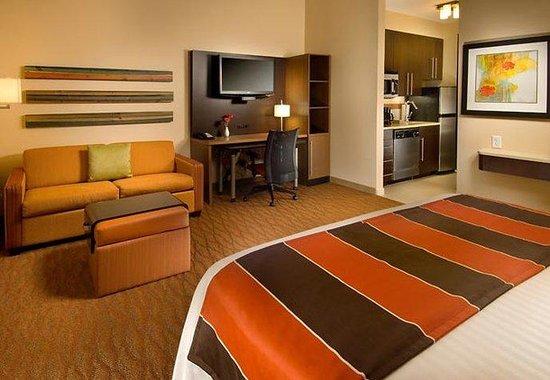 TownePlace Suites San Antonio Downtown: Studio King Suite Sleeping Area
