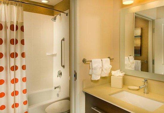 TownePlace Suites San Antonio Downtown: Studio Queen/Queen Suite Bathroom