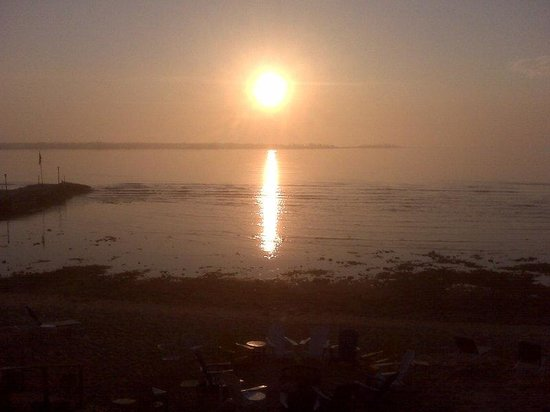 Beachfront Inn: Foggy sunrise