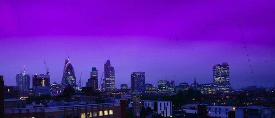 Hotel ibis budget London Whitechapel - Brick Lane : Linda vista noturna da janela do quarto