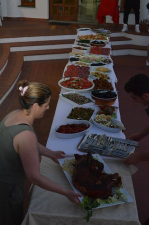Hotel Baia del Capo: Buffet a bordo piscina