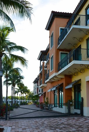 Naples Bay Resort : Rooms facing the west marina