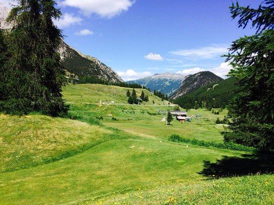 Hotel Le Chalet Blanc : Golf face à l'hôtel