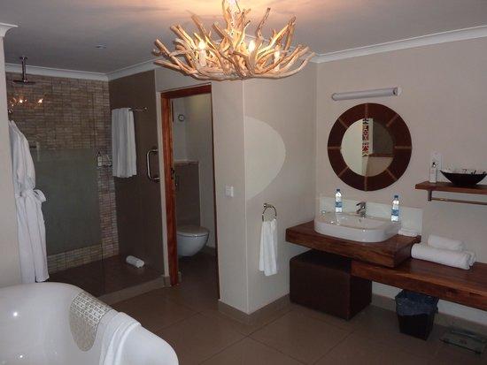 Victoria Falls Safari Club: Bathroom