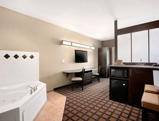 Microtel Inn & Suites by Wyndham Michigan City : Jacuzzi Suite