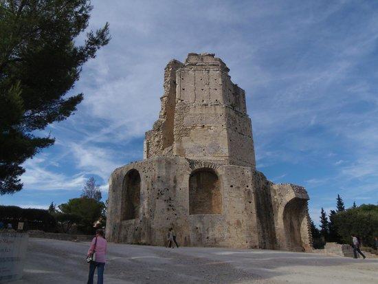 Jardins de la Fontaine : la tour magne