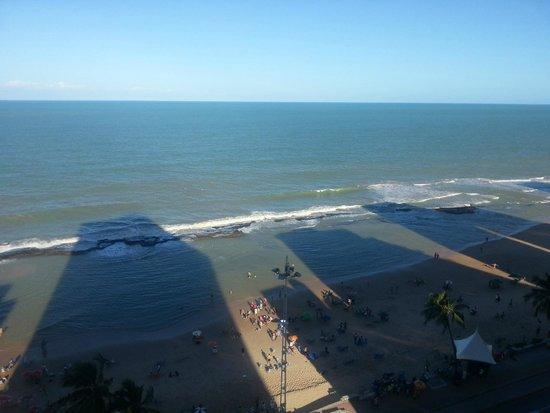 Golden Tulip Recife Boa Viagem : Vista do 12 andar larga faixa de areia da Praia de Boa Viagem