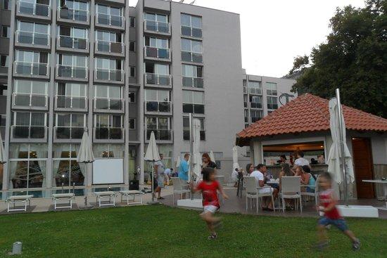 Hotel Tara : Hotel & poolside bar