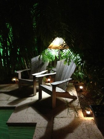 Casa Grandview: Grounds at night
