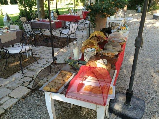 Le Mas Saint Florent : Breakfast outdoor.