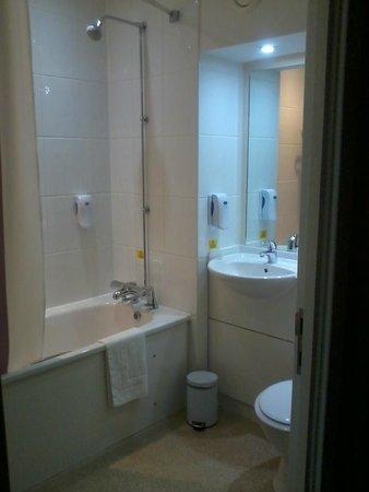 Premier Inn Tamworth South Hotel: Bathroom