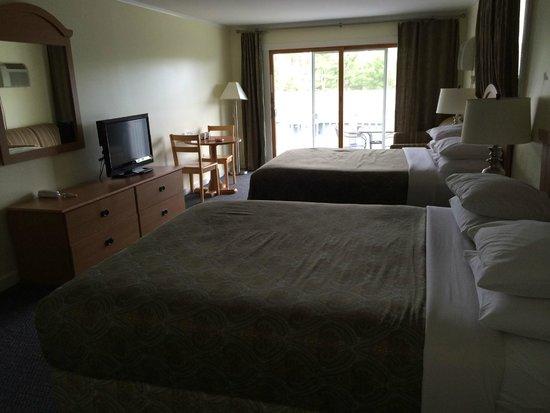 Beach Cove Waterfront Inn : Room 37 (2) queen beds