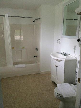 Beach Cove Waterfront Inn : Room 37 bathroom