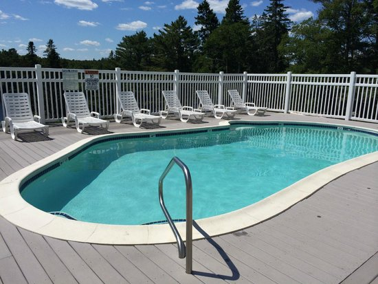 Beach Cove Waterfront Inn: Pool area...faces view of river and trees