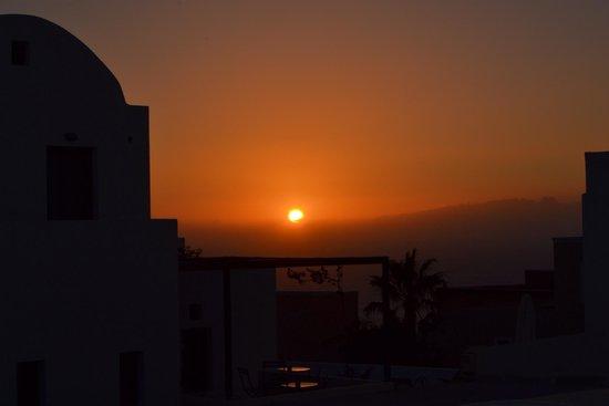 Sunset in Oia: Solen på väg ner, fotot från busstationen i oia