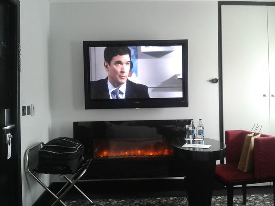 Hampton Hotel: Huge TV and fireplace