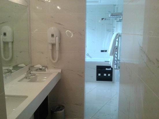 Hampton Hotel: Bathroom