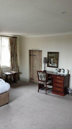 Hadley Bowling Green Inn: The small door to the bathroom