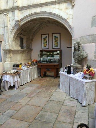 Hotel de Luxe le Cep: Breakfast in a beautiful courtyard