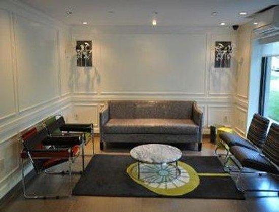 Ramada Staten Island: Sitting Area