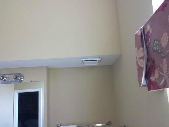 The Historic Powhatan Resort: broken vent in bathroom