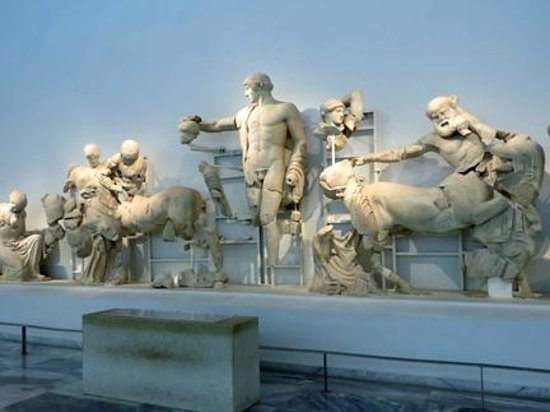 Le site archéologique d'Olympie (Archaia Olympia) : Pediment from the Temple of Zeus - battle of the Lapiths and Centaurs