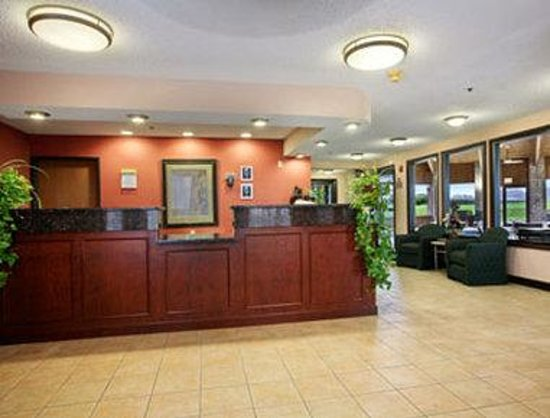 Royalton Inn & Suites: Lobby