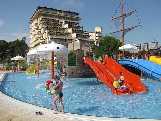 Bellis Deluxe Hotel: Bellis Hotel depuis l'aquapark pour les jeunes....