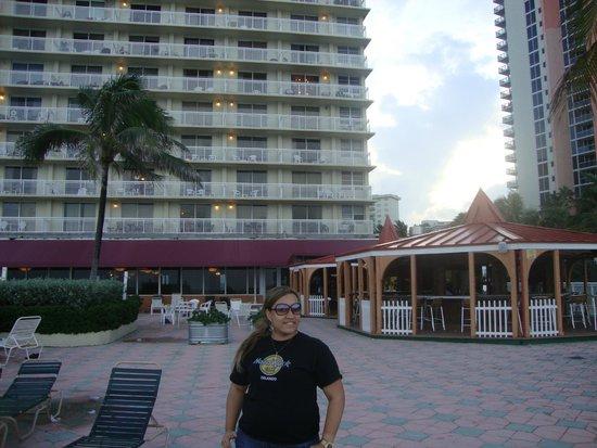Ramada Plaza Marco Polo Beach Resort: na área da piscina em frente a praia