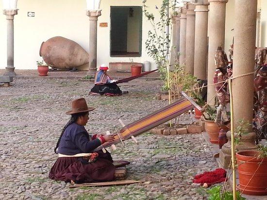 Centro de Textiles Tradicionales del Cusco: tejedoras en patio del museo mejor que las tiendas