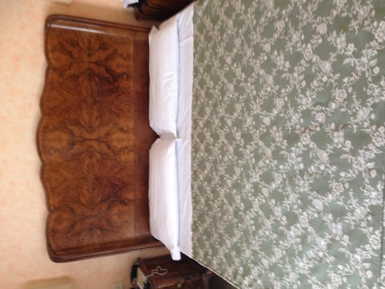 Hotel Orto De Medici: view of king bed