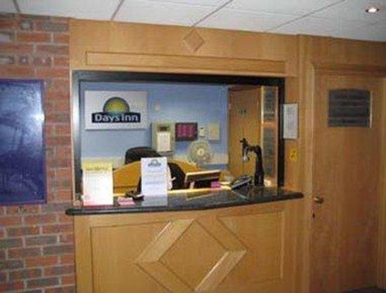 Days Inn Chester East: Front Desk