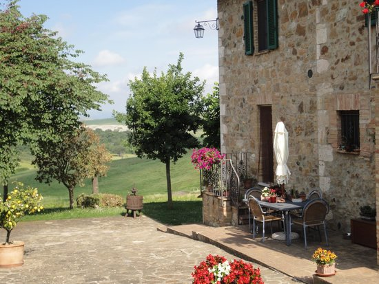 Agriturismo Bagnaia: View from the yard to the direction of Montalcino.