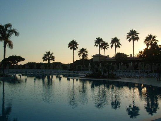 Adriana Beach Club Hotel Resort : coucher de soleil sur la piscine principale