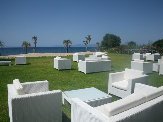 Hotel Sighientu Thalasso & Spa : Le petit salon en plein air