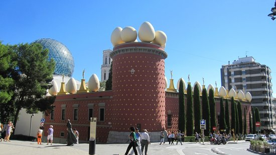 Dali Theatre-Museum: Exterior