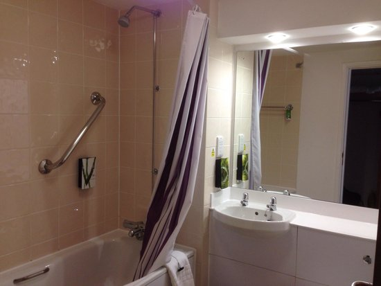 Premier Inn Bristol City Centre (Haymarket) Hotel: Bathroom in Room 510 - great size for city centre budget hotel