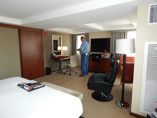 Battery Wharf Hotel, Boston Waterfront: Corner King room 3201