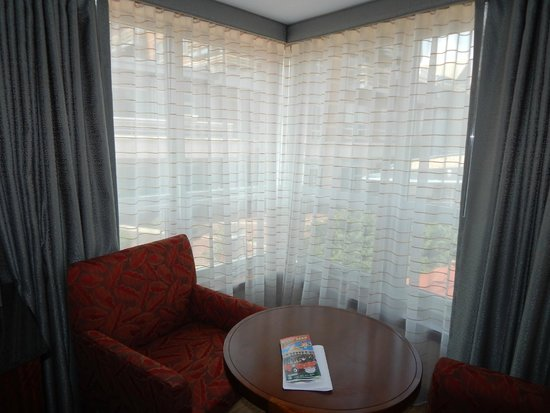 Battery Wharf Hotel, Boston Waterfront: sitting area by the windows