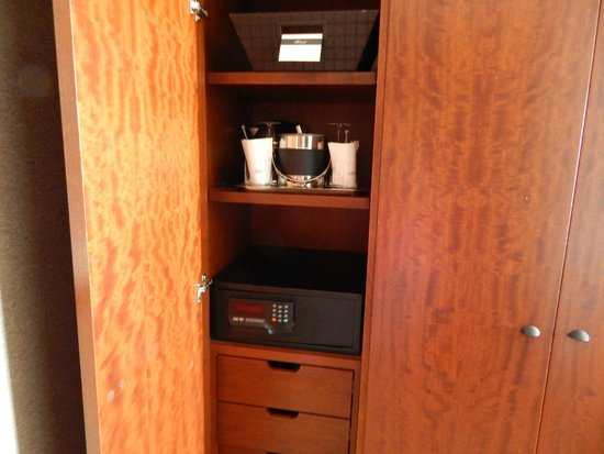 Battery Wharf Hotel, Boston Waterfront: 2nd closet with safe, ice bucket & glasses, & complimentary shoe shine